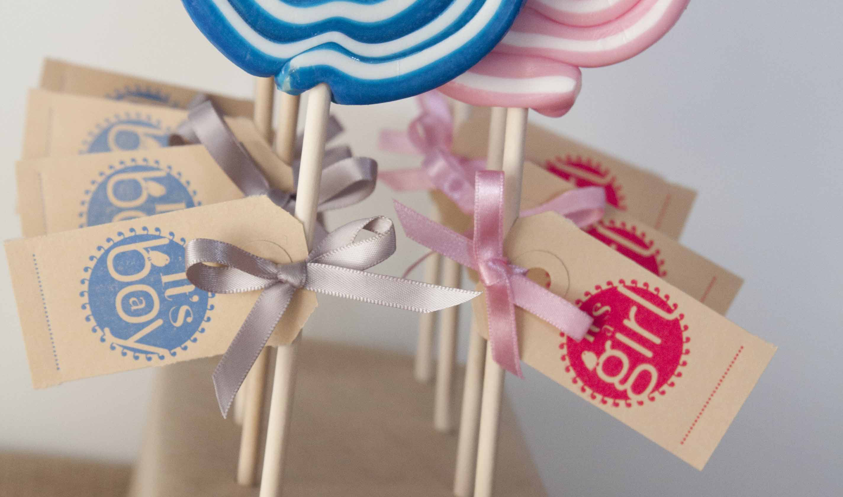 Kraamfeest: Lolly's met een label in letterpress